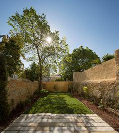 Wohnhaus in Lissabon von ARX Portugal Arquitectos, Blick in den Garten