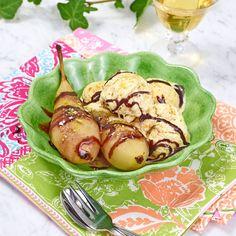 Servera päronen med chokladsås och pistaschglass.