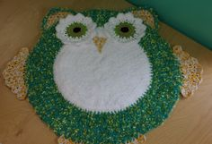 This is a wonderful rug for a child's play area. Owls are fascinating for most kids and they bring an element of fun and originality to a baby's nursery, or to a child's room. The finish size for this owl rug is 61 cm The video tutorial, courtesy o Owl Crochet Patterns, Crochet Owls, Crochet Home, Crochet Motif, Free Crochet, Owl Rug, Crewel Embroidery, Crochet Videos, Origami