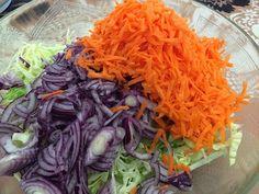 Tämä herkullinen kaalisalaattiohje löytyi Karppaajan arkiruokaa -kirjasta ja sopii siis vähähiilihydraattiseen ruokavalioon mainiosti. ... Cabbage, Food And Drink, Vegetables, Koti, Vegetable Recipes, Veggie Food, Cabbages, Collard Greens, Veggies