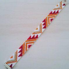 Le bracelet est tissé à la main. Il est composé de cinq couleurs de perles miyuki : rouge, orange, blanc nacré, argent et or jaune. Longueur fermoir compris : 18 cm Largeur - 17981705