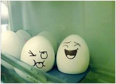 This post is about Egg Design but it's nothing to do with Easter egg. In this Article, you will see a list of Creative Egg Pictures where Artist create an expression on the eggs by drawing faces. Funny Easter Eggs, Funny Eggs, Art D'oeuf, Egg Pictures, Egg Art, Egg Decorating, Food Humor, Funny Food, Funny Faces