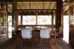No projeto do arquiteto Carlos Motta, a mesa e as cadeiras de autoria do profissional trazem um clima leve para o espaço, assim como o tapete da Casa Fortaleza