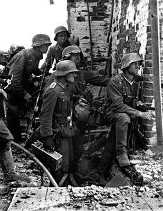 Pause fantassins allemands dans les ruines au cours de violents combats avec les forces soviétiques pendant la bataille de Stalingrad. Stalingrad (Volgograd), Volgograd Oblast, Russie, Union soviétique. Septembre 1942.