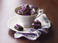 Lavendel-Rotwein-Pralinen selber machen geht ganz leicht. Der Rosmarin verleiht ihnen die unverkennbare französische Note. Chocolate Pots, Chocolate Fudge, Maul, Dessert Recipes, Desserts, Tea Pots, Sweets, Candy, Tableware