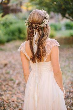 王道かわいい♡花冠×ダウンスタイルの花嫁ヘアスタイル10選♡にて紹介している画像