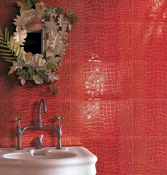 Рисунок под красную кожу на плитке в ванной