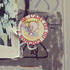 Vraie question à propos de ce qu'on appelle le Street art. / Street Art. / Porky Pig, LooneyTunes. / Quimper, France. / Photo by Eleonore Toutain sur Instagram.
