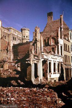 Zdjęcie numer 32 w galerii - Polskie miasta w powojennej ruinie. Unikatowe zdjęcia amerykańskiego studenta Student, Mansions, House Styles, Fotografia, Manor Houses, Villas, Mansion, Palaces, Mansion Houses