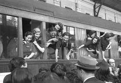 ENFERMERAS DE LA DIVISION AZUL PARTEN HACIA RUSIA: Madrid, 22-8-1941.- Salida hacia Rusia de las enfermeras voluntarias de la Sección Femenina, encuadradas en la División Azul. Efe/Vidal.
