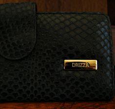 Detalhe carteira em couro estampa cobra. Mab Store - www.mabstore.com.br