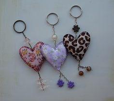Fábrica de Ternuras Fabric Crafts, Sewing Crafts, Fabric Brooch, Craft Markets, Felt Hearts, Key Fobs, Valentine Decorations, Clay Crafts, Creations