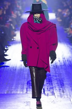 The complete Marc Jacobs Fall 2018 Ready-to-Wear fashion show now on Vogue Runway.  MAGENTA - WIDE BRING HATS - OVERSIZED COAT