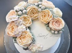 Crescent style buttercream flowers cake - Cake by Sweet Moments