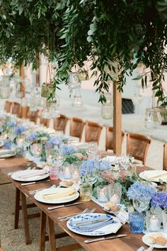 Family style reception table with a runner made of pastel blooms. Photo: @rossini_photography Wedding Looks, Our Wedding, Destination Wedding, Wedding Planning, Chic Wedding, Luxury Wedding, Wedding Table, Braut Shirts, British Wedding