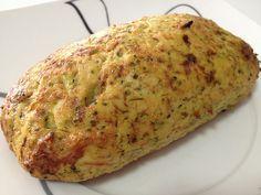120g de frango desfiado (cozido) – 40g de brócolis ou couve-flor (cozido) – Temperinhos (você pode colocar cebola, manjericão entre outros) – 1 gema – 2cs de água