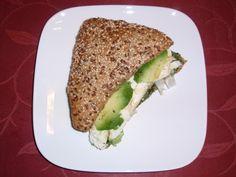 Lekker meergranenbroodje met groene pesto, mozzarella en avocado.