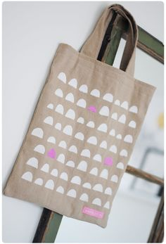 Pastill.nu: Fabric bag with my own pattern. I made silhouettes out of papers and used fabric painting.