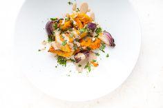 Langsam geschmorter Kürbis, süß-schmelzende rote Zwiebeln, gewürzt mit Za'atar, dazu eine cremige Tahini-Sauce und viel Petersilie, alles vegetarisch. Herbst, ich mag Dich.  Zum Rezept: http://www.highfoodality.com/rezepte/gemuse-beilagen/geschmorter-kuerbis-mit-zaatar-und-tahini-sauce/