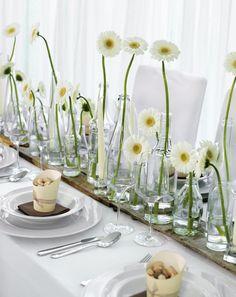Rustikal, unkompliziert und auch winterlich soll diese Herbst-Tischdekoration wirken. Alte, graue Palettenbretter bringen den Charme der kalten Jahreszeit auf den Tisch und bilden den perfekten Untergrund für die Blumenarrangements.