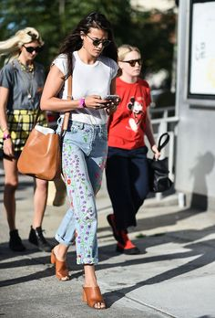 The perfect jeans for Brunch. NYFW: The Best Street-Style Moments from the Spring 2017 Shows Fashion Week Paris, Summer City Fashion, New York Fashion Week Street Style, Cool Street Fashion, New Yorker Street Style, Best Street Style, Spring Street Style, Street Style Women, Double Denim