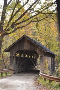 old wooden bridge in Vermont .old wooden bridge in Vermont Country Barns, Old Barns, Country Roads, Old Bridges, New Hampshire, Over The Bridge, Country Scenes, Jolie Photo, Covered Bridges