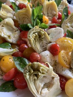 Fresh flavors, amazing salad for a summer lunch. Artichoke hearts, fresh mozzarella pearls, cherry tomatoes, basil and olives. Mozzarella Pearls, Fresh Mozzarella, Tomato Salad, Caprese Salad, Amazing Salad, Roasted Pineapple, Artichoke Hearts, Pesto Sauce, Fresh Coriander