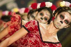 A estilista Lena Hoschek fez um desfile inteiro na fashion week da alemanha inspirado nas caveiras mexicanas! As maquiagens são incríveis, vale a pena ver para se inspirar! Lena Hoschek, Fashion Week, Berlin, Mexican Skull, Caveira Mexicana, Maquiagem, Moda, Desfile