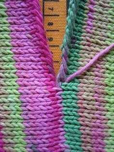 Sew together knitting blocks so that they appear seamless and pretty much perfec. - Knitting for beginners,Knitting patterns,Knitting projects,Knitting cowl,Knitting blanket Knit Or Crochet, Crochet Crafts, Yarn Crafts, Crochet Stitches, Crochet Projects, Crochet Patterns, Crocheted Scarf, Sewing Projects, Sewing Tips