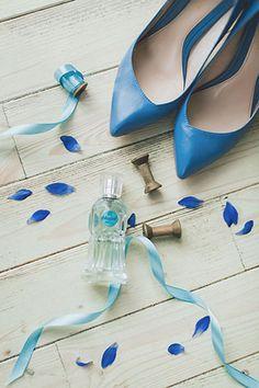 Воздушное утро невесты в голубых тонах, туфли невесты