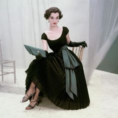 Nan Rees in a billow of permanent pleats in nylon georgette, wrapped in blue satin cummerbund by Rappi Glamour September 1952 © Frances McLaughlin-Gill Moda Vintage, Vintage Mode, Vintage Hats, Fifties Fashion, Retro Fashion, Vintage Fashion, Club Fashion, Modern 50s Fashion, 1950s Fashion Women