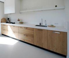 gietvloer jaren 30 woning - wit keukenblad + houden deuren