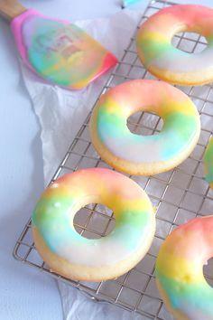 Donuts gehen in meinen Augen ja immer. Sie sind super süß und sind auch super schnell gemacht. Aber warum immer nur mit Schokolade überziehen, wenn man daraus auch einen kleinen Mädch…