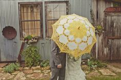 rainy day weddings make for really good photo ops  Photography by http://lisawoodsphotography.com