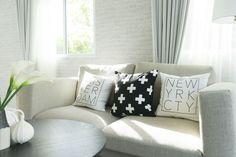 Ha foltos a kanapé... – kanapé mentés profi szinten - PROAKTIVdirekt Életmód magazin és hírek Couch, Throw Pillows, Furniture, Home Decor, Settee, Toss Pillows, Decoration Home, Sofa, Cushions