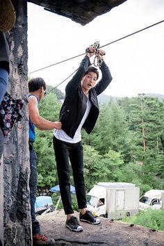 Descendants of the Sun, the Korean drama. Song Joong Ki as Yoo Shi Jin Song Hye Kyo as Kang Mo Yeon Jin Goo as Seo Dae Young Kim Ji Won as Yoon Myeong Joo My Gifs Desendents Of The Sun, Kdramas To Watch, Song Joong Ki Cute, Soon Joong Ki, Sun Song, Songsong Couple, Hallyu Star, Song Hye Kyo, Drama Movies