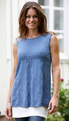 Den figurvenlige tunika uden ærmer har lodrette baner i fint viftemønster. Den er rigtig sød til et par shorts eller en nederdel. Så er du klar til at erobre sommerlandet.