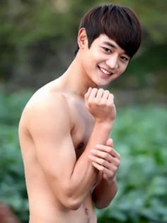 Some shirtless Minho for you SHINee perverts jkjk, you don't have to be a pervert to like this pic. ^.^ ~~ <3