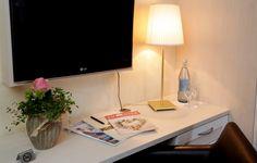 Alle Zimmer sind mit einem Duschbad mit WC, Kabelfernsehen, Radiowecker, Zimmersafe, Telefon und einem Fön ausgestattet. Office Desk, Corner Desk, Furniture, Home Decor, Cable Television, Radio Alarm Clock, Single Bedroom, Corner Table, Desk Office