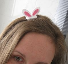 Easter bunny ears hair pin     http://holloughby.blogspot.com/2012/04/sewing-tuesday-easter-bunny-ears-hair.html