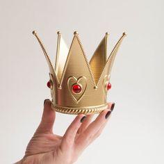 Queen of Hearts Costume Crown Red Queen Costume, Queen Of Hearts Costume, Alice In Wonderland Tea Party Birthday, Alice In Wonderland Costume, Queen Of Hearts Disney, Queen Alice, Heart Crown, Diy Crown, Fantasy Queen