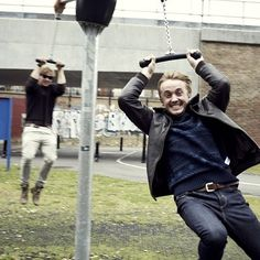 Tom Felton (Draco Malfoy) and Rupert Grint (Ron Weasley). This photo is awesome . Draco Harry Potter, Harry Potter Actors, Harry Potter Memes, Harry Potter World, Potter Facts, Hunger Games, Draco Malfoy Aesthetic, Rupert Grint, Percy Jackson