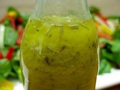 Классическая французская заправка для салатов ------------------------------------------------------ Состав заправки: • половина чашки оливкового масла • 1,5 ст. л. яблочного уксуса • 1 столовая ложка лимонного сока • 1 чайная ложка дижонской горчицы • 1 зубчик чеснока, пропущенный через пресс • 1 чайная ложка приправ  • щепотка  соли • свежемолотый черный перец