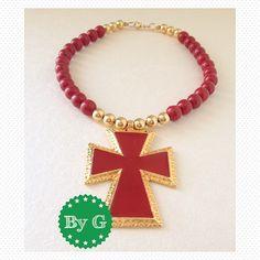 Buenos días !!! Feliz lunes !!! El rojo significa fuerza, amor, energía 💃💃💃. Te sugerimos esta gargantilla con cruz para tu #outfit de fin de año !!! Por #byg_accesorios