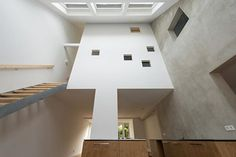 位於海牙的建築事務所 global architects 最近完成了一個改造案,把荷蘭 wassenaar 市裡的一排空屋做了整建更新。這些自1920年代建造的老屋,由於無人居住年久失修,在地方人士提出「地域創生」的概念時,決定進行重新利用。global architects 提出「屋中之屋」的概念,利用原本老屋的挑高和陡峭屋頂,讓每個房子裡面都有一個獨特的小屋閣樓空間,是內部分維持原本的水泥牆面,但地板和天花板都以木材質重新裝修,變身成為大地色系的簡約住家。 via global architects
