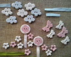 """bottoni""""micro"""" in argilla bianca modellati e smaltati a mano.Ideali per abbigliamento bambini."""