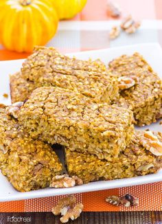 Pumpkin Protein Oat Bars -- Healthy gluten free bars with a vegan option. Breakfast on the go or a snack, these bars are so good and moist, you would never guess they are good for you. (Didn't add maple syrup/used yogurt instead of ON protein) Homemade Breakfast Bars, Clean Breakfast, Breakfast On The Go, Breakfast Recipes, Breakfast Time, Protein Bar Recipes, Protein Snacks, Healthy Snacks, Healthy Recipes