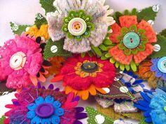 Ideas de broches de fieltro con botones y lentejuelas con forma de flor