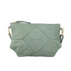 Bolso de color verde agua y de piel. El interior es de tela gris claro y contiene un bolsillo con cremallera. La tira es autoajustable.
