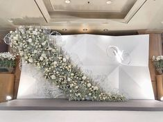 Ideas for wedding backdrop modern decor Wedding Backdrop Design, Wedding Reception Backdrop, Wedding Stage Decorations, Floral Backdrop, Backdrop Decorations, Wedding Backdrops, Photowall Ideas, Minimalist Wedding Decor, Wedding Background